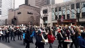 750 cruces que marchan abajo de la avenida de Michigan para protestar violencia armada
