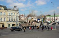 Cruces que se apresuran a peatones en el centro de ciudad Imagenes de archivo