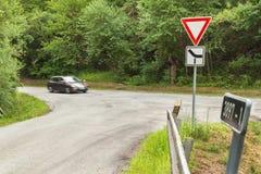 Cruces rurales en la República Checa La señal de tráfico toma prioridad Fotografía de archivo libre de regalías