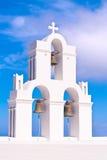 Cruces y campanas de la iglesia de Santorini Grecia contra el cielo azul Imagenes de archivo