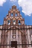Cruces y campanas de la iglesia de Santorini Grecia contra el cielo azul Foto de archivo