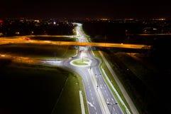 Cruces y cruce giratorio en la noche Foto de archivo
