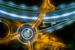 Cruces y cruce giratorio en la noche Imagenes de archivo