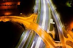 Cruces y cruce giratorio en la noche Imagen de archivo libre de regalías