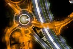 Cruces y cruce giratorio en la noche Fotos de archivo