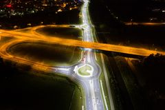 Cruces y cruce giratorio en la noche Foto de archivo libre de regalías