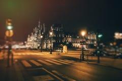 Cruces y Hotel de Ville en la noche Fotografía de archivo