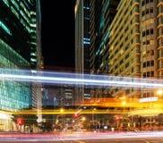 Cruces y rascacielos en el centro de Singapur en la noche Imagenes de archivo
