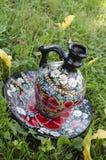 Cruche antique avec des fleurs Photographie stock libre de droits