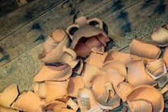 Cruche antique en métal dans le style oriental photographie stock libre de droits