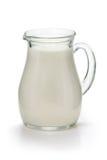 Cruche avec du lait frais sur un blanc photo libre de droits