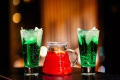 Cruche avec la limonade et les verres de fruit avec un cocktail image stock