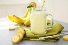 Cruche avec le lait de poule savoureux de banane images libres de droits