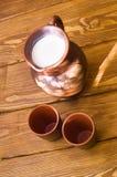 Cruche d'argile avec du lait Images stock