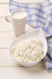 Cruche de fromage de crème et blanc Images stock