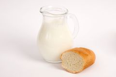 Cruche de lait avec du pain Images stock
