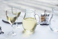 Cruche de vin blanc avec deux verres Photo stock