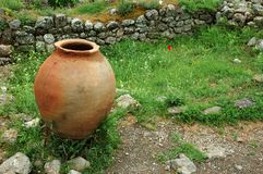 Cruche du grec ancien sur l'herbe verte Photographie stock libre de droits