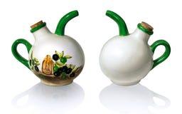 Cruche en céramique pour l'huile d'isolement sur le fond blanc photo libre de droits