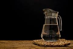 Cruche en verre avec de l'eau Image stock