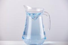 Cruche en verre avec de l'eau d'isolement sur le fond blanc Image libre de droits
