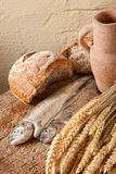 Cruche et nourriture de vin Image stock