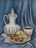 Cruche, pain de fantaisie et cuvette de café Images stock
