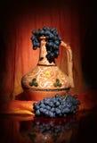 Cruche traditionnelle d'Ouzbékistan et raisins noirs Images stock