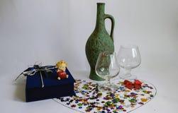 Cruche verte pour le vin et deux verres vides Images stock