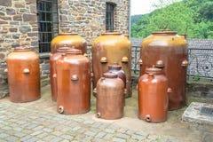 Cruches argile et pots de poterie de terre Image stock
