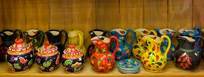 Cruches et plats en céramique colorés à vendre Image libre de droits