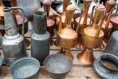 Cruches et plats en laiton antiques Photos stock