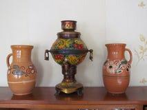 Cruches et samovar d'argile Image stock
