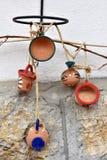 Cruches et tasses accrochantes d'argile sur le mur Photo stock