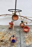 Cruches et tasses accrochantes d'argile sur le mur Photo libre de droits