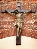 Crucificação de Cristo em uma parede de tijolo Imagem de Stock