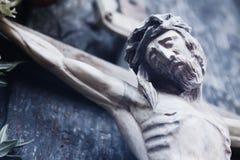Crucificação de Jesus Christ como um símbolo da ressurreição e do immo fotografia de stock