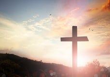 Crucificação de Jesus Christ - cruz no por do sol imagem de stock