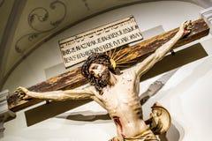 Crucificação de Jesus Christ dentro de uma abadia fotografia de stock royalty free