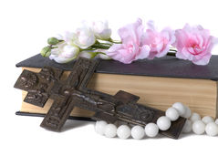 Crucificação, livro e flores Fotos de Stock Royalty Free