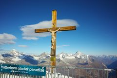 Crucificação no paraíso da geleira de Matterhorn perto do pico de Matterhorn, cumes Foto de Stock