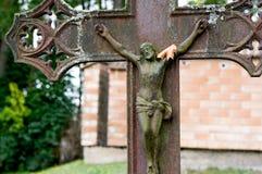 Crucifijo antiguo con la hoja del otoño Foto de archivo