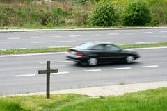 Crucifijo cerca del camino Imagen de archivo libre de regalías