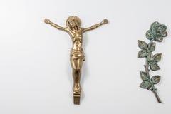 Crucifijo de bronce en el monumento Foto de archivo libre de regalías