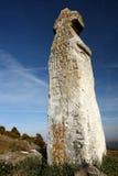Crucifijo de piedra perfilado en el cielo azul Fotos de archivo libres de regalías