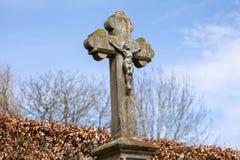 Crucifijo de piedra resistido viejo imagen de archivo libre de regalías