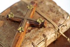 Crucifijo en el libro Fotos de archivo libres de regalías