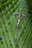 Crucifijo en hojas de palma Imagen de archivo libre de regalías
