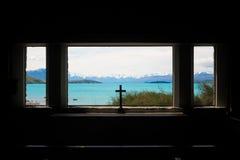Crucifijo en la iglesia del buen pastor, lago Tekapo Imagen de archivo libre de regalías