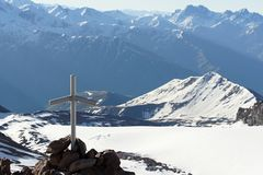 Crucifijo en montañas caucásicas Fotos de archivo